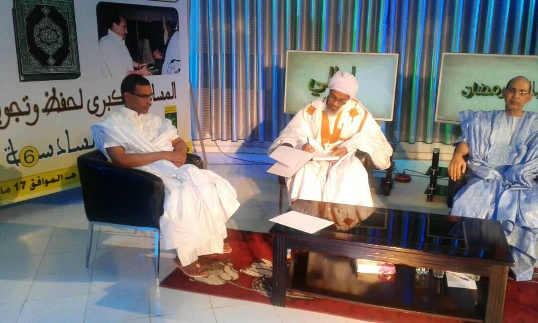 من اليسار المدير العام للإذاعة ثم المفتي والطبيب في استديو ليالي رمضان