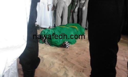 جثمان الفقيد مسجى بالعلم الوطني لحظات قبل الصلاة عليه بمسجد ابن عباس بنوكشوط