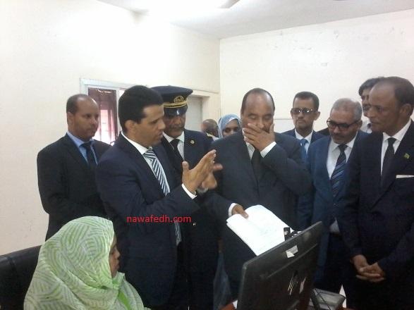 الرئيس أثناء اطلاعه على سير العمل في مركز الحالة المدنية بعرفات