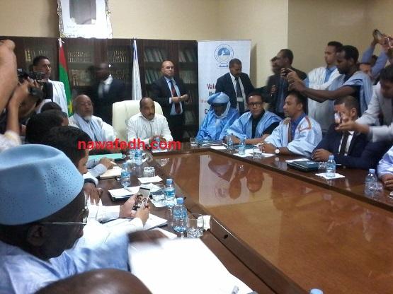 صورة من زيارة عزيز للجنة حيث تظهر عزيز في الأعلي ويظهر الحضور الإعلامي الكبير