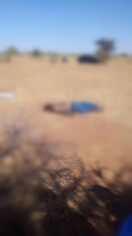 صورة من جثته وبجانبها تظهر سيارة الدرك