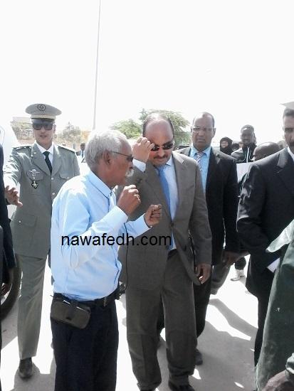 الرئيس لحظة وصوله مبنى مقاطعة تفرغ يصافح رئيس الصيادين التقيليديين