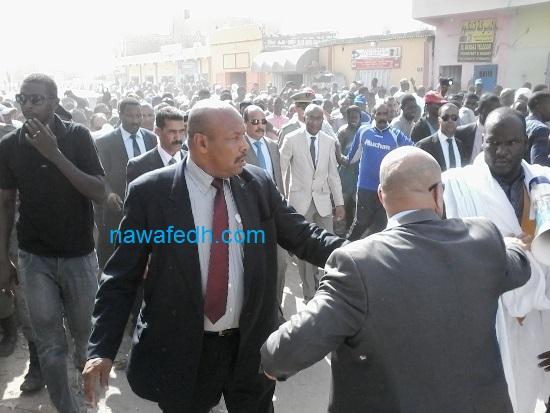 الرئيس يلتحم بالجماهير في الطريق مترجلا بين العيادة المجمعة ومركز الحالة المدنية