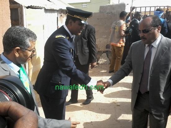 الرئيس يصافح والي نواكشوط الشمالية لحظة وصوله مدرسة السعادة
