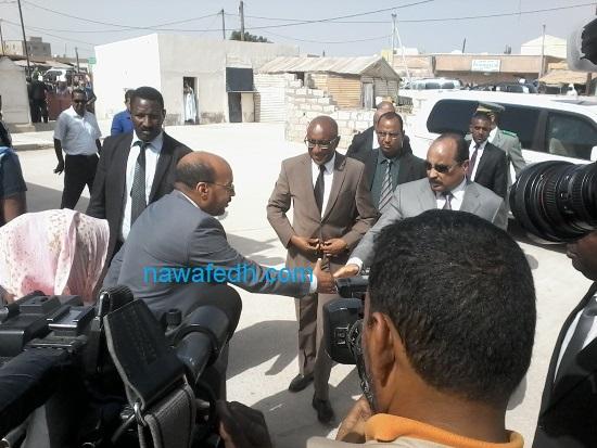 يصافح المدير الجهوي للصحة بنواكشوط الشمالية عند مدخل المركز الصحي بتيارت