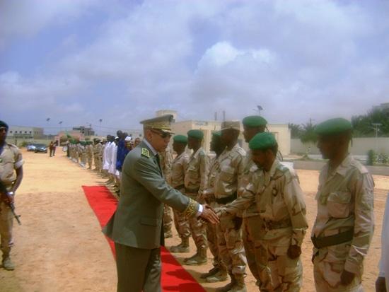 قائد الجيوش يصافح بعض الجنود