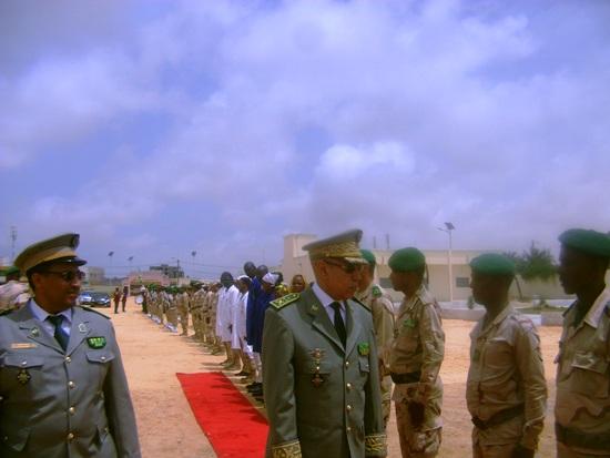 قائد الجيوش مع قائد الثانوية يستعرض الجنود العاملين بالثانوية