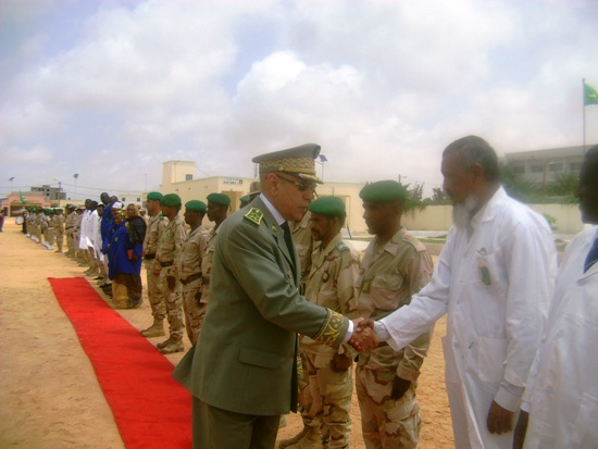 قائد الجيوش يصافح مدير الدروس بالثانوية