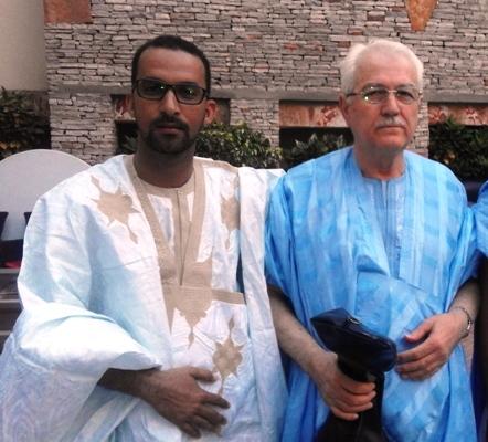من اليمين الفنان فريد حسن مع الزميل عبد المجيد ولد إبراهيم