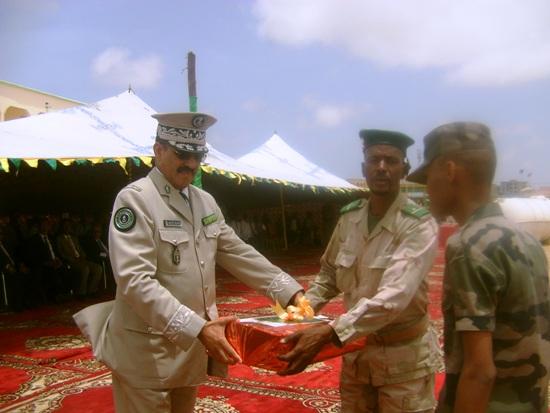 قائد أركان الدرك يسلم جائزة الدرك لأحد المتفوقين بالثانوية