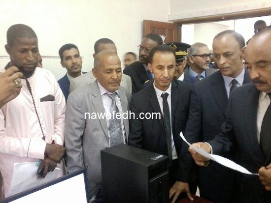 مع رئيس مركز الحالة المدنية في لكصر مطلعا على بعض أوراق الزوار