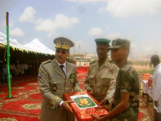 قائد أركان الحرس يسلم جائزة لأحد المتفوقين بالثانوية