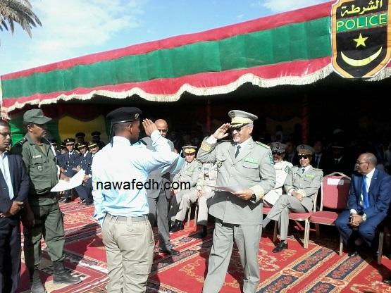 المدير العام للأمن يسلم شهادة تكريم لأحد الوكلاء المتخرجين