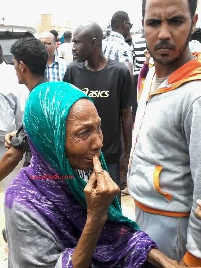 ثمانينة وقفت تبكي أمام مقاطعة عرفات حيث يجتمع الرئيس بأطر المقاطعة بعدما عجزت عن الوصول إليه