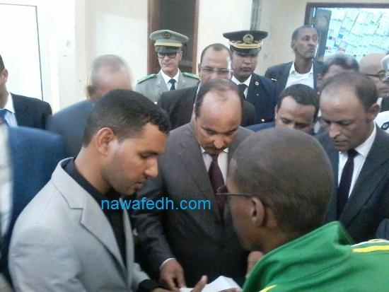 رئيس الجمهورية يسائل رئيس مركز دار النعيم وهو أحد المبعدين خلال زيارته للمركز حيث يظهر في يسار الصورة