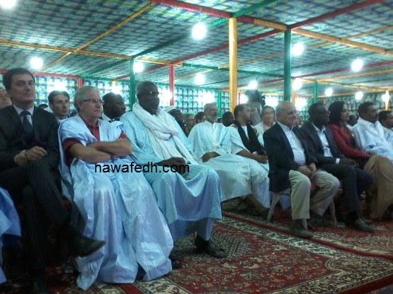 في الصورة يظهر القيادي التواصلي ولد محمد موسى خلال السهرة