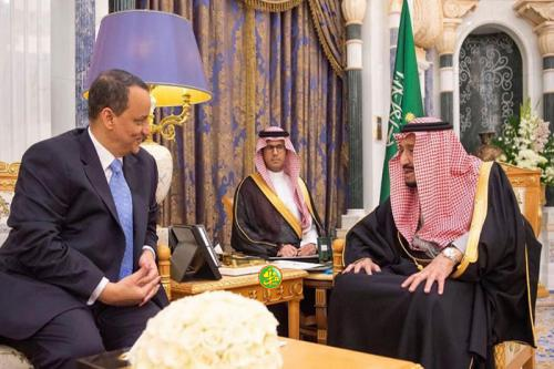 وزير الخارجية الموريتانية أثناء تسليمه رئاسة رئيس الجمهورية لملك السعودية
