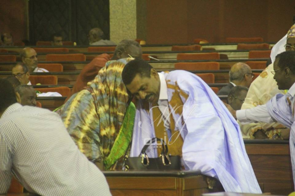 لحظة عناق البرلمانيين