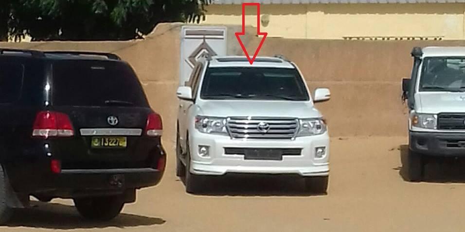 سيارة نجل الرئيس في الوسط قبل الحادث أثناء توقفه بمدينة ألاك