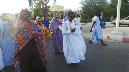 المسؤول الاعلامي للتكتل مع القياديتين في الحزب مريم بنت النيني ومريم تورى خلال مسيره في المسيرة