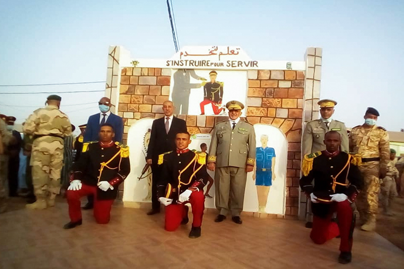 وزير الدفاع وقائد الأركان مع عدد من طلبة المدرسة خلال حفل تخرجهم يوليو الماضي