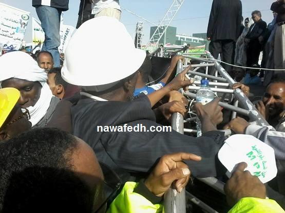في أسفل الصورة يظهر أحد سكان بلدية السدود يطالب بتوفير الكهرباء لقريته