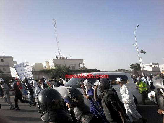 مشاركون يطاردون سيارة الرئيس