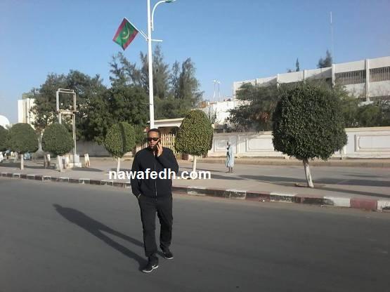 وزير النفط أثناء حديثه في الهاتف مع بنت مولود التي لا تفصلها عنه إلا أمتار