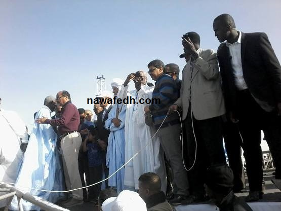 في الصورة يظهر ولد محم وهو يساعد مسعود علي التقاط صور من المسيرة
