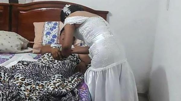 العروس بعد ما تركت حفل زفافها وهي تهتم بالمريض وتعطيه حقنة