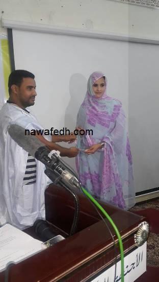 رئيس المجلس الأعلى للشباب يسلم بنت المحجوب تكريم والدها