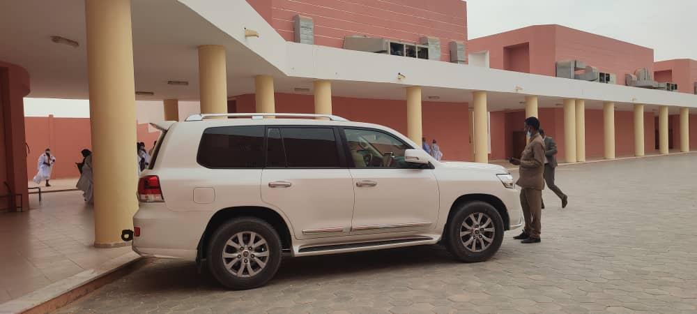 سيارة رئيس الحزب الحاكم أخذت مكانها عند باب المدرج الذي احتضن النقاش