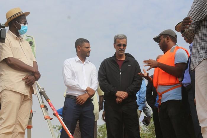 الوزير يستمع لشروح فنية عن مستوي المياه في النهر