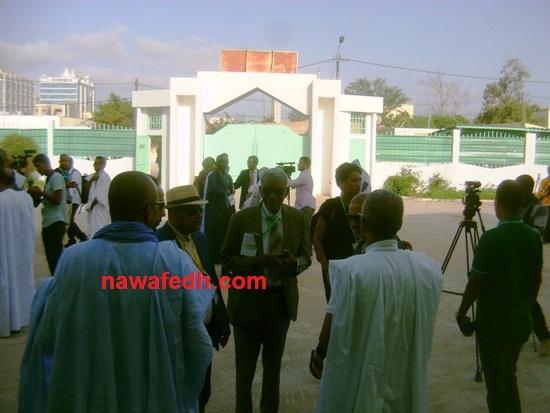 رئيس اللجنة وهو يدخل إلى مكتب التصويت