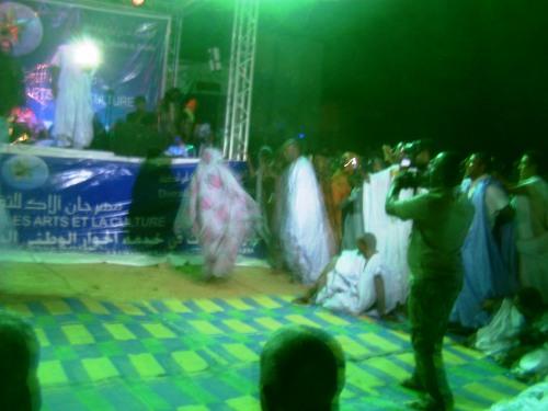 رئيس المهرجان يؤدي رقصة الناموس