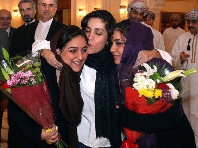 شهرزاد ميرقليخان تتوسط ابنتيها التوأم في أعقاب إطلاق سراحها من سجن بالولايات المتحدة في أغسطس/آب 2012