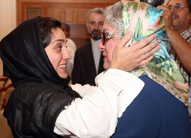 لقاء شهرزاد ميرقليخان بوالدتها في مسقط بعد إطلاق سراحها من السجن في أغسطس/آب 2012