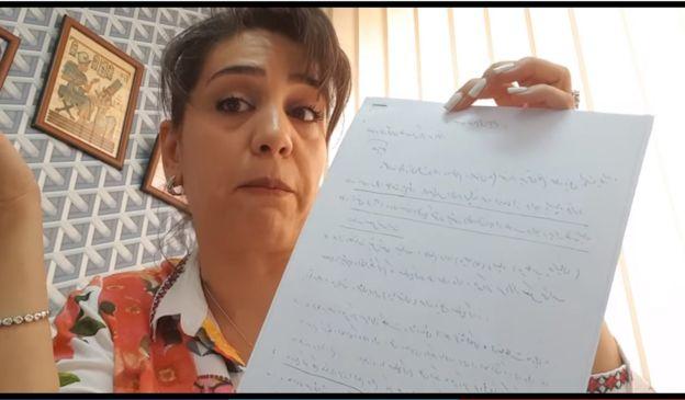 تحمل شهرزاد أوراقا خلال تهديدها في إحدى الفيديوهات، تدعي أنها تمتلك إثباتات ضد مجتبى خامنئي وحسين طائب من الحرس الثوري