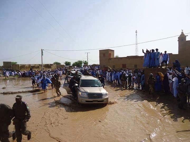 سيارة الرئيس الموريتاني تسبح في المستنقعات في مدينة جكني شرق موريتانيا