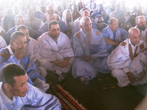 الوزير يتوسط الحضور وفي طرف الصورة الأيسر يظهر عمدة جونابة وهو أحد قادة الحلف