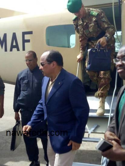 الرئيس عند نزوله من الطائرة