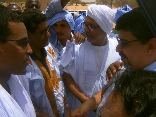 الأستاذ سيدي محمد ولد محم رئيس الحزب الحاكم وهو يصافح مدير إذاعة موريتانيا عند مدخل بتلميت